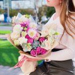 Букет с экзотикой и пионовидными розами